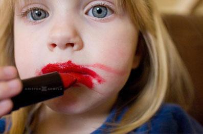دور کردن کودک از آرایش کردن